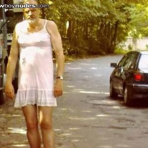 trannyslut wird in Damenunterwäsche auf dem Parkplatz vergewaltigt
